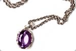 すごく古いデザインで宝石が付いたネックレス