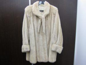 毛皮ミンクハーフコート白買取いたしました。